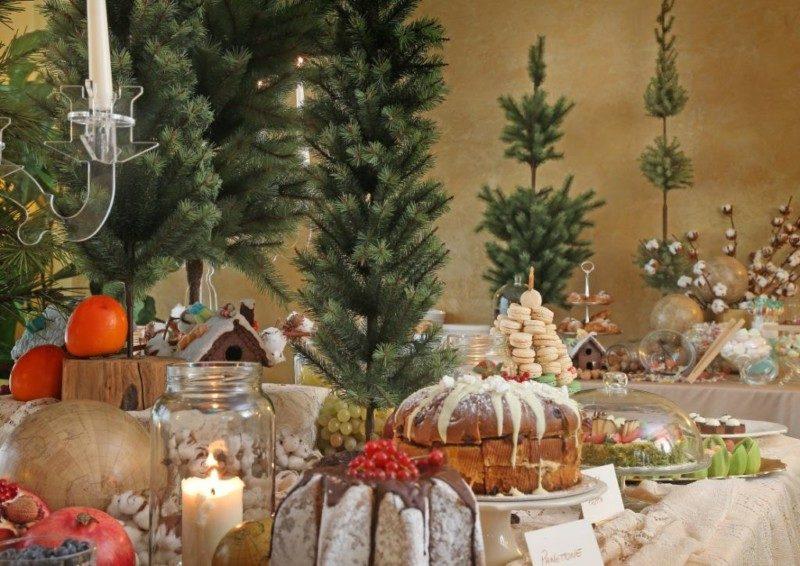 6 января – Рождественский сочельник.  В центре дома ставилась елка, заранее украшенная звездами. Заранее готовились не только рождественские подарки близким, но и вещи, деньги, выделяемые в помощь неимущим, сиротам, больным, обездоленным. Благотворительность была неотъемлемой составляющей праздника Рождества Христова. Все это готовилось заблаговременно. Но основные события Рождественского сочельника, конечно, происходят в храме. В этот день православные христиане готовятся к наступающему празднику, весь день наполнен особым праздничным настроением. Службы в этот день удивительно красивые. Пересказывать их не имеет смысла, их надо видеть, слышать, в них надо участвовать.  А еще говорят, что если колядовать, то таким образом человек принесет в свой дом и дом, где он колядует, счастье, здоровье.  Народные приметы на 6 января:  Если в сочельник небо звездное, то будет большой урожай ягод.  Если в этот день тепло, весна будет холодная.  Если на небе виден Млечный путь, значит, лето будет теплым.